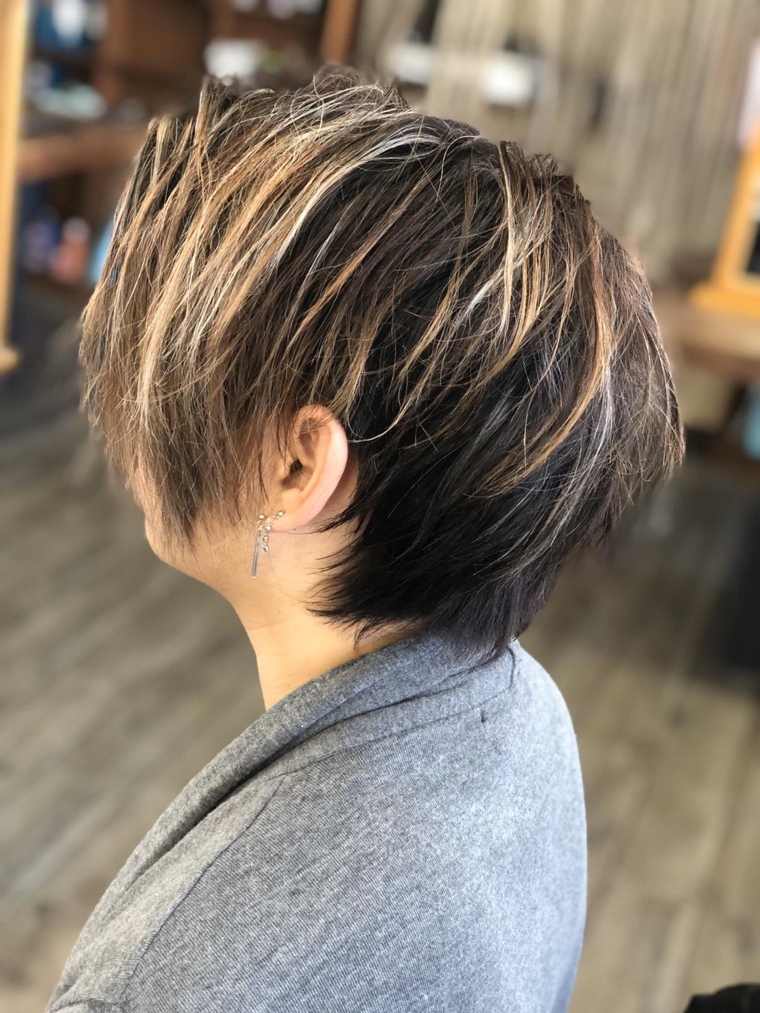 ヘアワックスで毛先を遊ばせるルーズな髪型