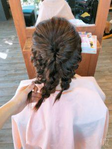 簡単ヘアアレンジの基本としては、髪を分割して作る