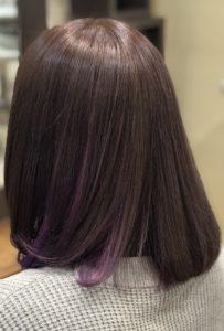 紫のインナーカラーは自然な色合いで髪の中に効く