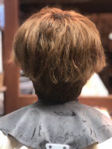 パープルアッシュの色が抜けて金髪に戻っています。