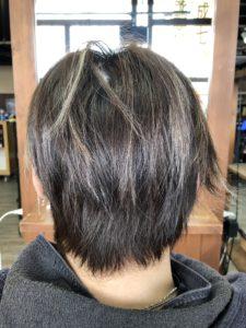 髪の負担を少なめ。紫のメッシュカラー