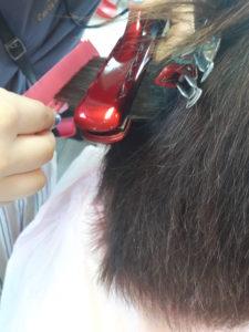 カラー毛にアイロンで縮毛矯正
